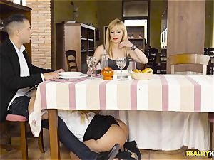 Waitress blondie Fesser sneaky meatpipe throating under the table