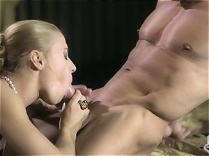 Nikky Thorne wraps her lips around muscled mans schlong