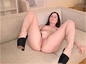 Cassie Fire finger-tickling Till raw orgasm