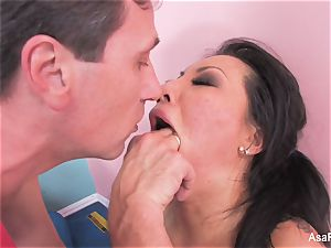 japanese pornographic star Asa Akira gets an anal invasion opening up