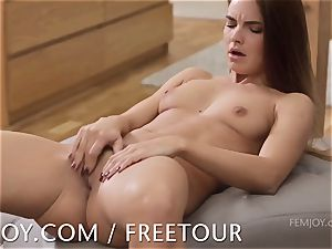 Suzie Carina blows a load for you