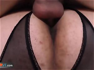 AgedLove lush mature is drilling on couch